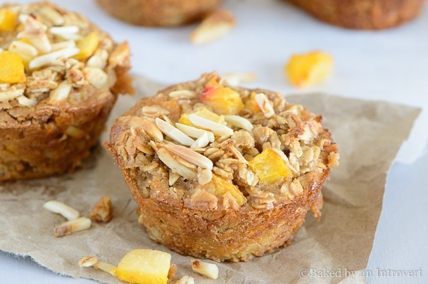 http://oneshetwoshe.com/wp-content/uploads/2015/01/peach-almond-baked-oatmeal-cups-5.jpg