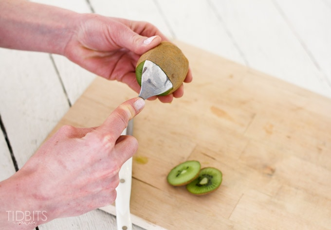 How-to-peel-a-kiwi-3