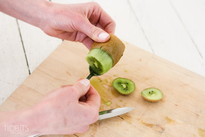 How-to-peel-a-kiwi-4