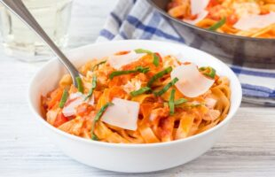 15 Minute Meal – Creamy Tomato Fettuccine with Salmon (she: Nicky)