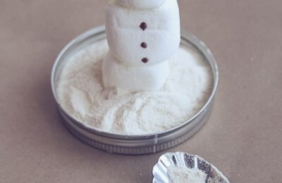 These adorable, edible, hot chocolate snow globes make such a great gift for Christmas!
