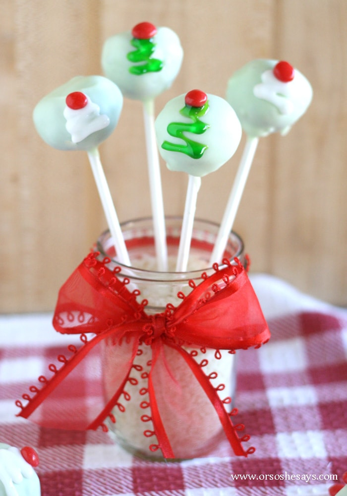 Recipe and tutorial to make these super cute and yummy Christmas Tree Oreo Cookie ball pops. www.orsoshesays.com #oreo #cakepops #cookiepops #oreocookiepops #mintoreo #christmas #recipe