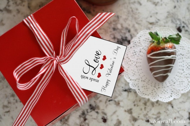 Tips on how to make chocolate covered strawberries and free printable tags to package them up for gifting on lizoncall.com