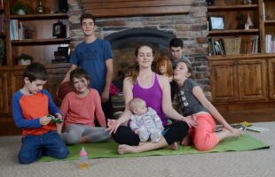 This 'Yoga for Busy Moms' online class is sooooo perfect for me!
